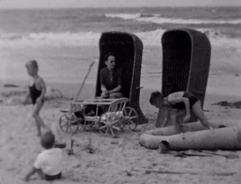 Aan de vloedlijn staan twee strandstoelen klaar voor de familie Zomerdijk. Het spelen en genieten van een stranddag in Egmond aan Zee kan beginnen!