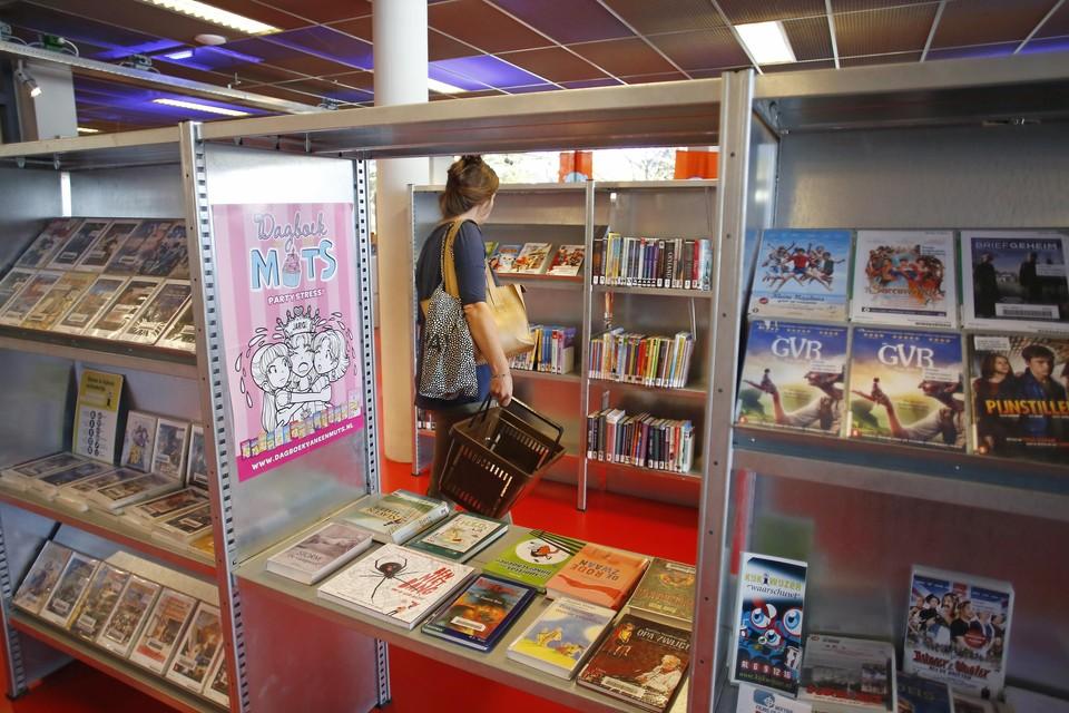 Boeken uitzoeken met een winkelmandje om het aantal bezoekers te controleren.