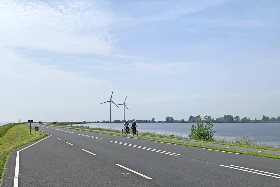De verbindingsdijk naar Marken met in de verte de twee windmolens bij de Nes. Langs de dijk zelf wil Waterland dergelijke turbines niet zien.