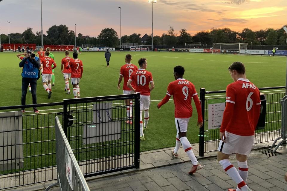 De spelers van Jong AZ betreden het veld voor de wedstrijd tegen De Graafschap. Met rugnummer 6: Peer Koopmeiners, de maker van de 1-0.