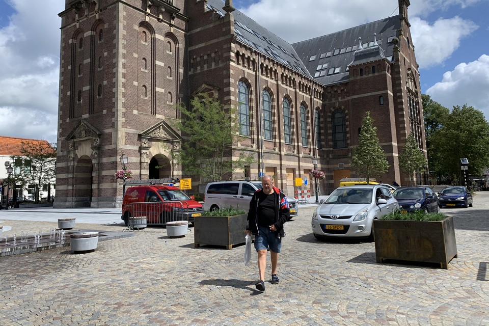 Op het nieuwe Kerkplein is de auto te gast. Bloembakken moeten de snelheid er verder uit halen.