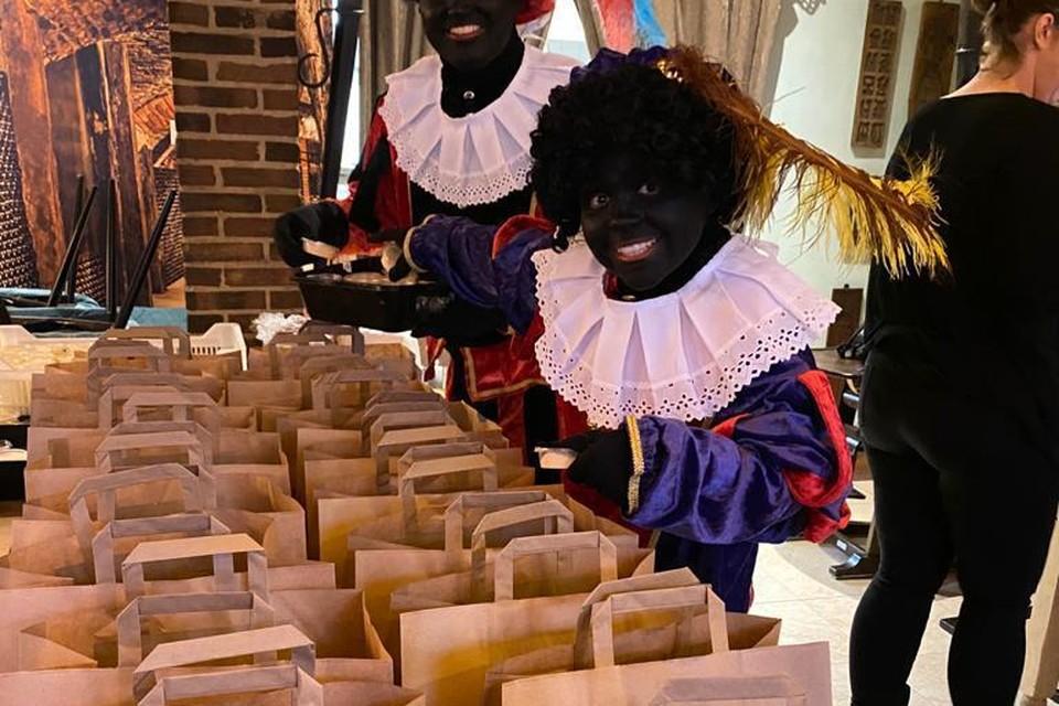 De Zwarte Pieten van café De Kleine Waarheid in Alkmaar, klaar om de maaltijden rond te brengen.