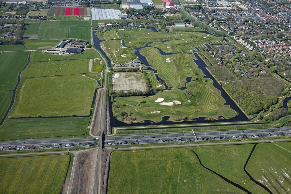 De locatie waar de aansluiting moet komen. Van onder naar bovend e Lagelaan, ruwweg het traject voor de toevoerweg. Onderin van links naar rechts de A9, rechts de golfbaan.