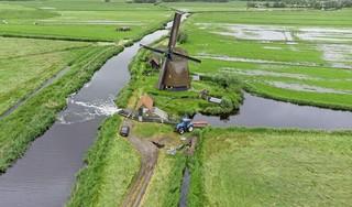 Weer een hele nacht regen; boeren graven geulen en pompen het water weg, maar vrezen het ergste