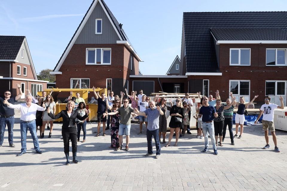 De kopers van de woningen in plan De Smidse in Oosterblokker, met linksvoor wethouder Yvonne Roos-Bakker.