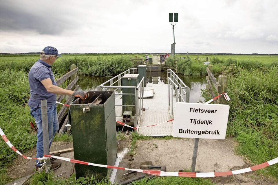 Piet Bock uit het Zuid-Hollandse Leimuiden is speciaal naar Eemnes gekomen om de zelfbedieningspont te repareren.