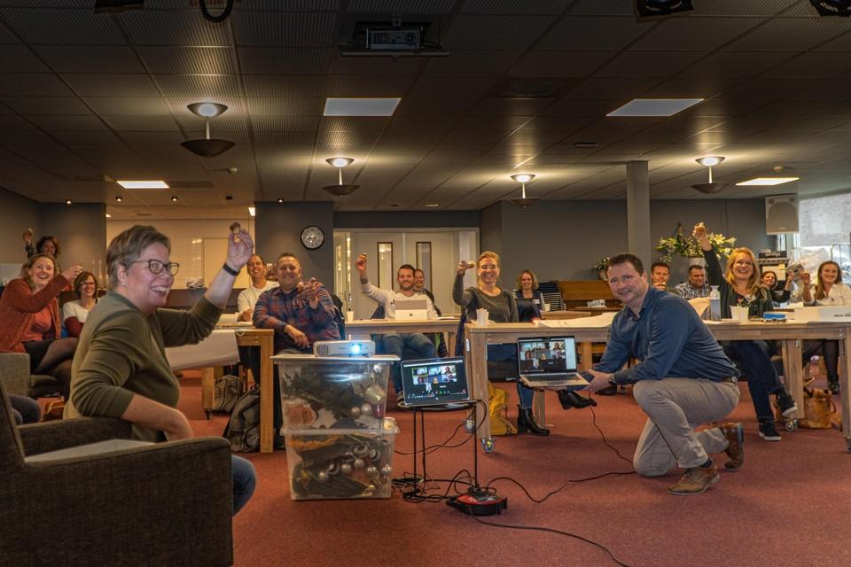 Cursisten, docenten, wethouder Marjon van der Ven en op de laptops via Zoom de betrokken partners, zijn blij dat de nieuwe opleiding is gestart.