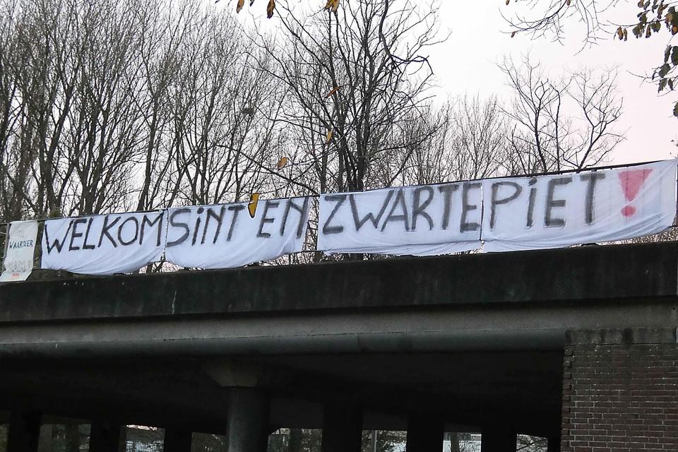 Het spandoek op het viaduct bij IJmuiden.