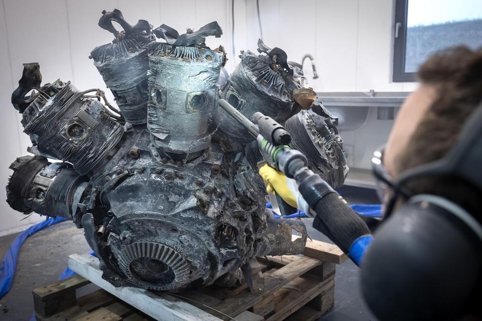 Bij het Vennepse bedrijf Blasteq werd het motorblok met droogijs gereinigd.