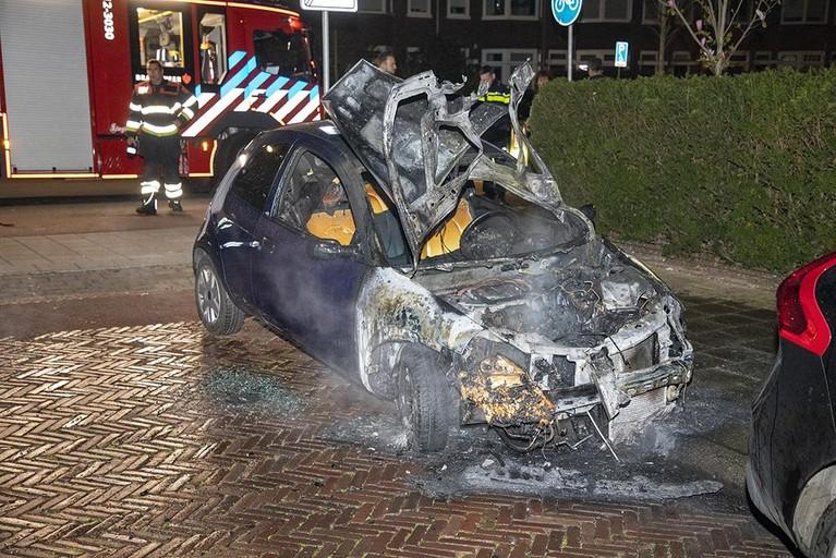 Auto brandt uit in Haarlem-Noord