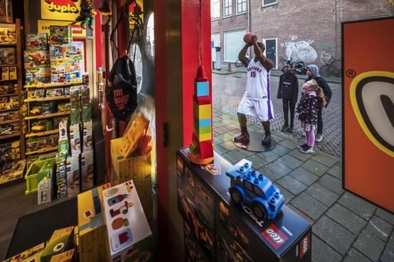 Legobasketballer van Perron 4 trekt de aandacht in Alkmaarse binnenstad
