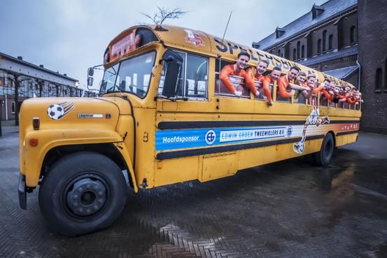 Voetballers van Hugo Boys uit Heerhugowaard gaan in oude Amerikaanse schoolbus in stijl naar tegenstanders