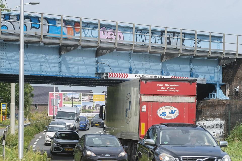 Het viaduct over de N242 wordt vaak aangereden door te hoge vrachtwagens.