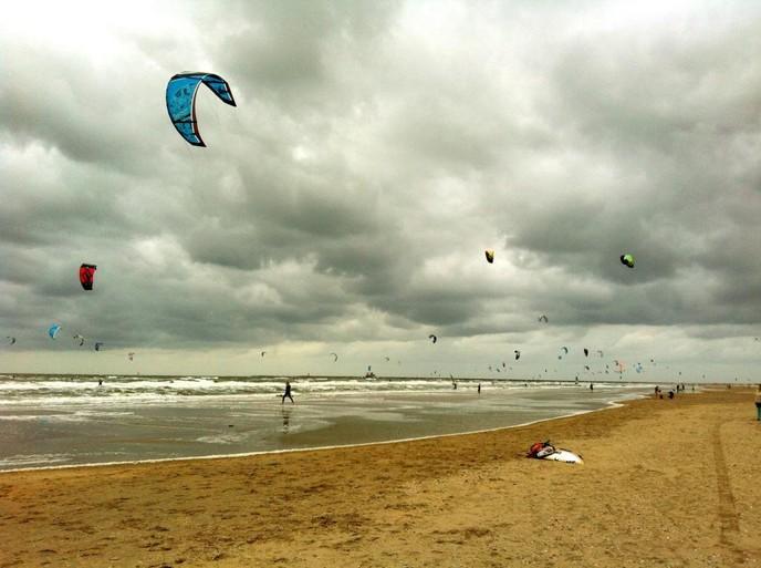Kitesurfers hele zomer welkom bij strand bij de Zuidpier IJmuiden aan Zee [video]