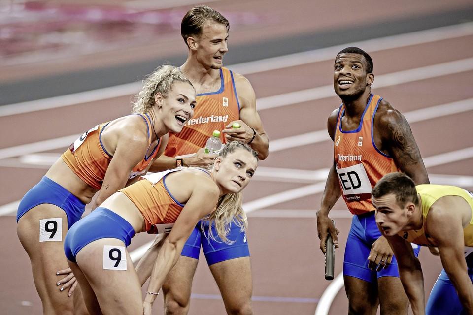Lieke Klaver, Lisanne de Witte, Jochem Dobber en Ramsey Angela na de eerste ronde van de 4x400 meter estafette.