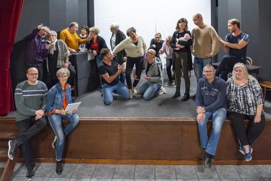 Toneelvereniging OEK krijgt versterking op het toneel door beamer bij 'Sangria met Schuim'