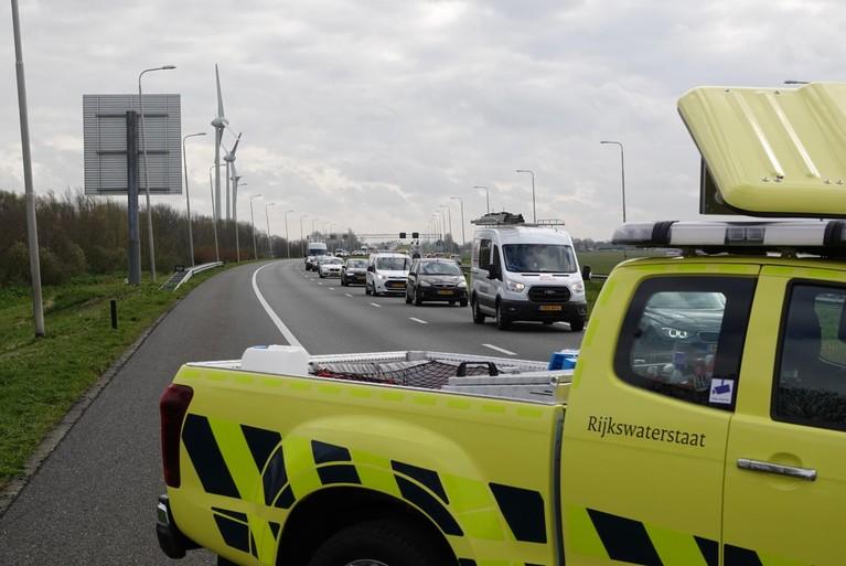 Busje belandt in sloot naast de A7 bij Avenhorn, bestuurder naar het ziekenhuis