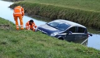 Auto te water langs N244 in Middenbeemster