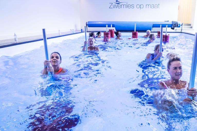 Paaldansen in het water, ja leuk! Zwemschool 'verdrinkt' in media-aandacht [video]