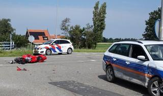 Motorrijder licht gewond bij botsing tegen auto in Breezand