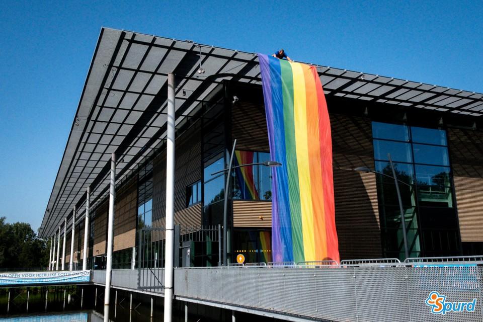 Bij het zwembad is al de regenboogvlag uitgehangen.