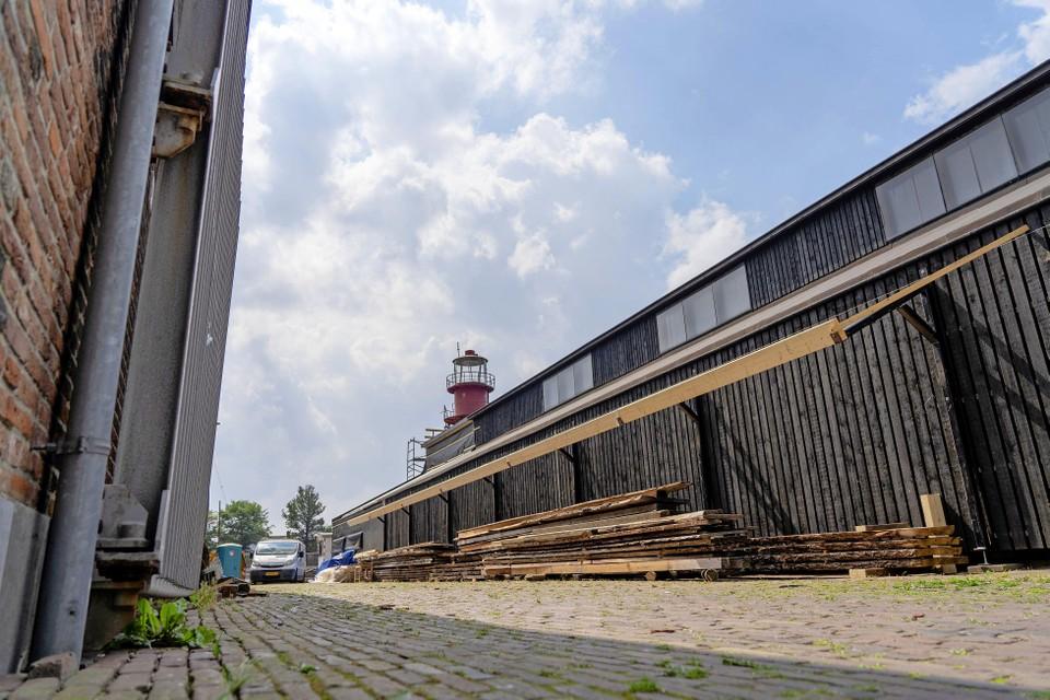 De houten Medemblikkerloods met brandbare opslag vormt bij brand een fors risico voor het daarnaast gelegen stadhuis, zegt de brandweer.