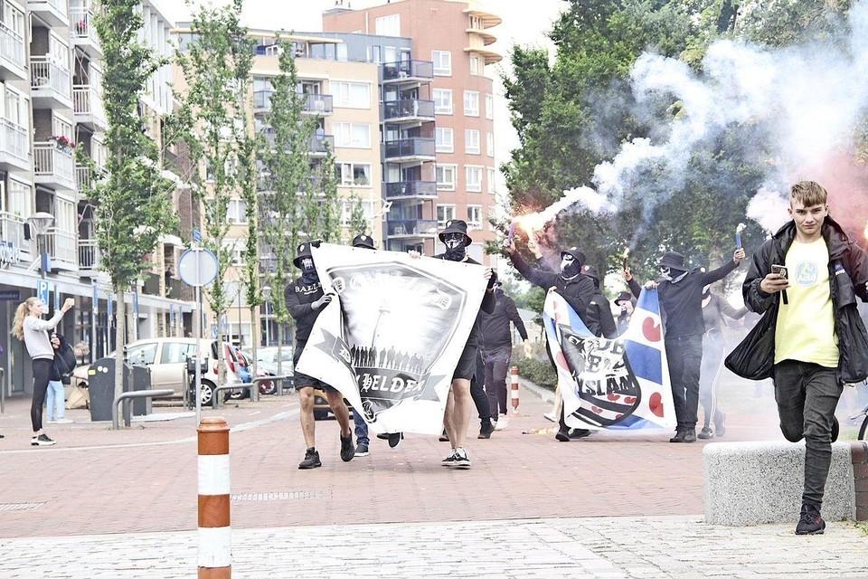 Tijdens hun protestmars lopen de Defenders uit Den Helder en Friesland over het Julianaplein in Den Helder.