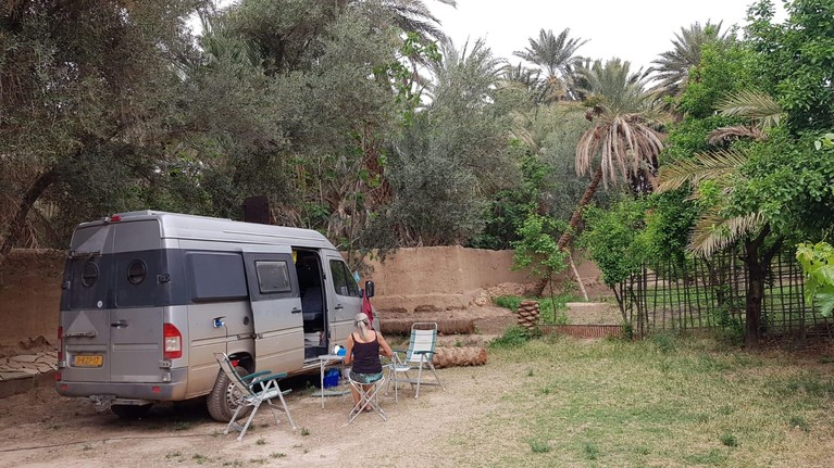 Nico de Vries, tandarts in Medemblik, zit samen met zijn vrouw Ilona al zes weken 'vast' op camping in Marokko: 'Een toplocatie, maar het duurt nu wel erg lang'