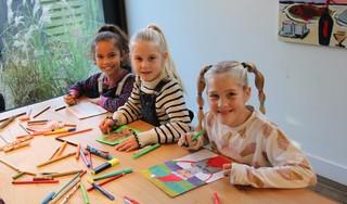 Haarlemse meiden kopen cadeau's voor zieke kinderen met opbrengst van geknutselde kerstkaarten: 'We hopen zoveel mogelijk kinderen blij te maken'