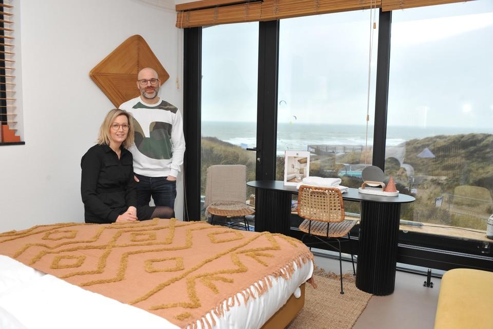 Carina Bijl en Arthur van den Berg in een van de kamers van het hotel met uitzicht op het strand van Castricum.