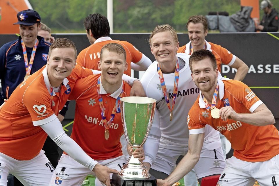 Maurits Visser met zijn ploeggenoten van Bloemendaal na de beslissende zege op Kampong in de strijd om de landstitel.