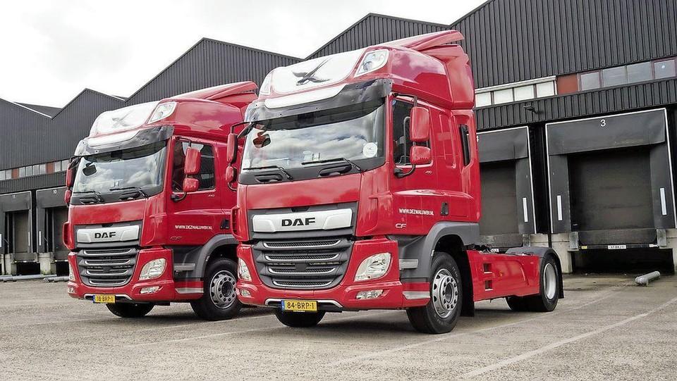 De twee nieuwe DAF-trucks van De Zwaluw in Oosterblokker.