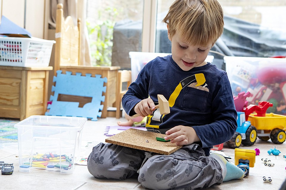 """Xid (4) vindt het prachtig op school. """"Spelen en welken, met blokjes welken"""", zegt-ie."""