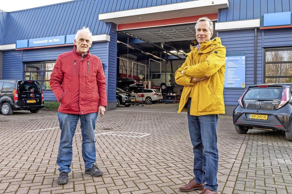 Piet Hofman (links) en Leendert Wals bij het autobedrijf waarvan het dak vol ligt met zonnepanelen.