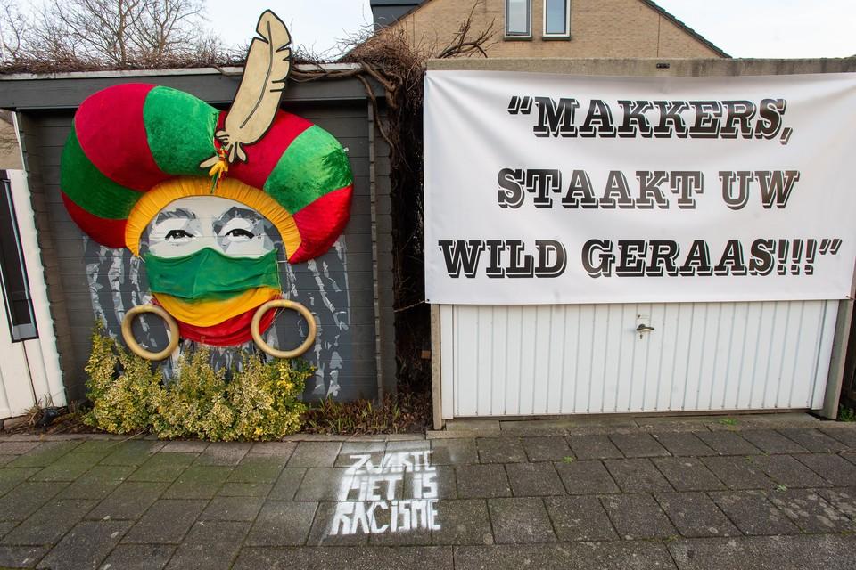 Bob Marley als Zwarte Piet in Purmerend en daaronder op de stoep 'zwarte piet is racisme'.