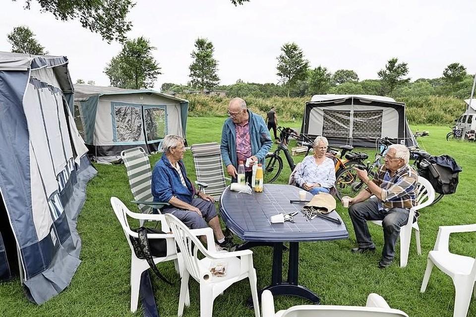 Daklozen wonen tijdelijk in caravans op camping De Vest in Enkhuizen.