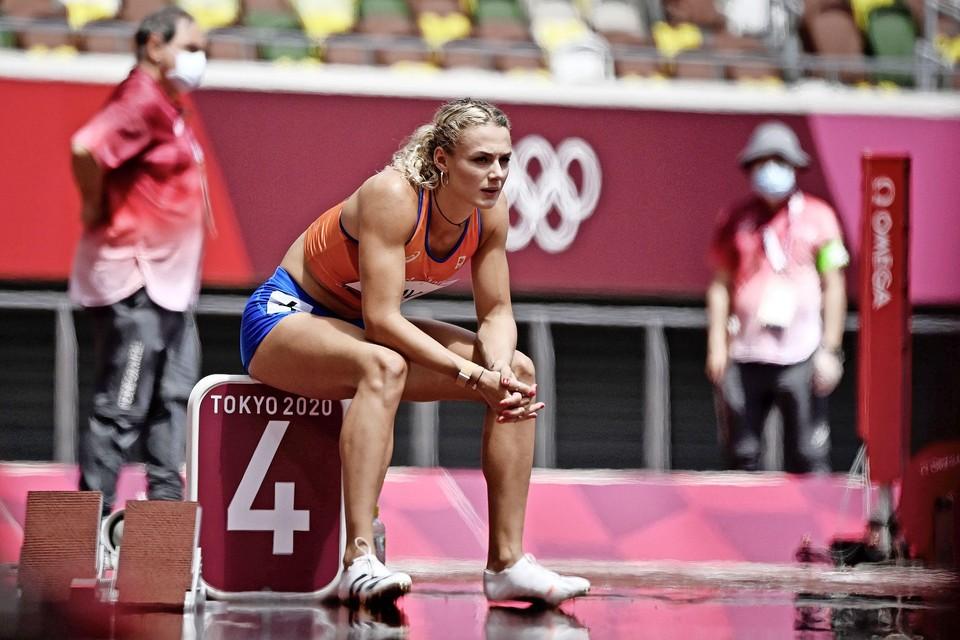Lieke Klaver wacht voor de start van de 400 meter.