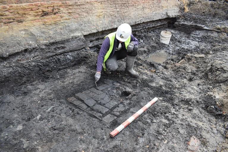 Opgraving Hoorn blijkt voltreffer, met onder meer houten huizen, een pottenbakkerij en een bijl van 600 jaar oud