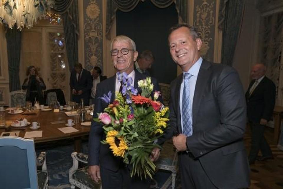 Nobel (l) gefeliciteerd door CvdK Arthur van Dijk.