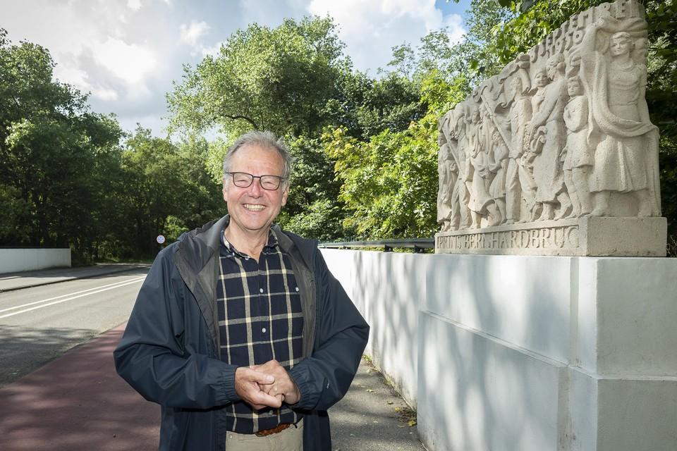 Ed Prins op de Prins Bernhardbrug naast het reliëf van kunstenaar J. M. Veldheer (1892-1987).