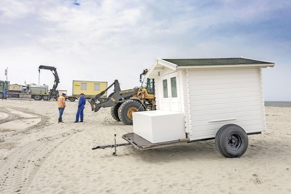 Terwijl Boskalis de spullen van het strand haalt, worden de strandhuisjes al geplaatst.