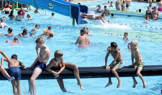 Alle hens aan dek in zwembad De Zien