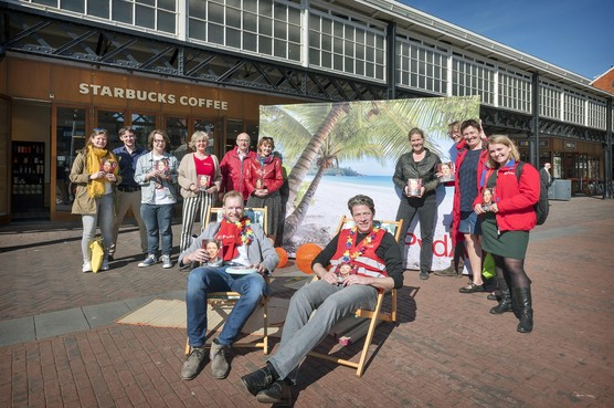 PvdA'er Paul Tang voert campagne op Stationsplein Haarlem: 'Het is hier een belastingparadijs'