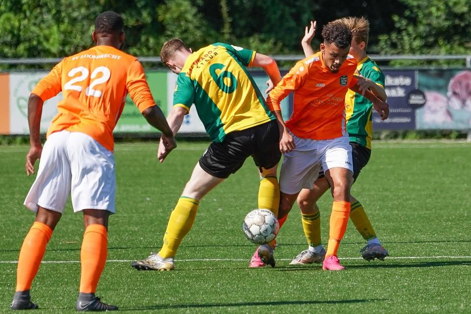 Hamza Azouagh probeert zich een weg te banen tussen twee Huizen-spelers door.