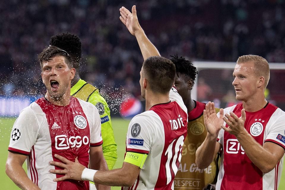 Dani de Wit (rechts) viert woensdagavond met ploeggenoten van Ajax het bereiken van de groepsfase van de Champions League.