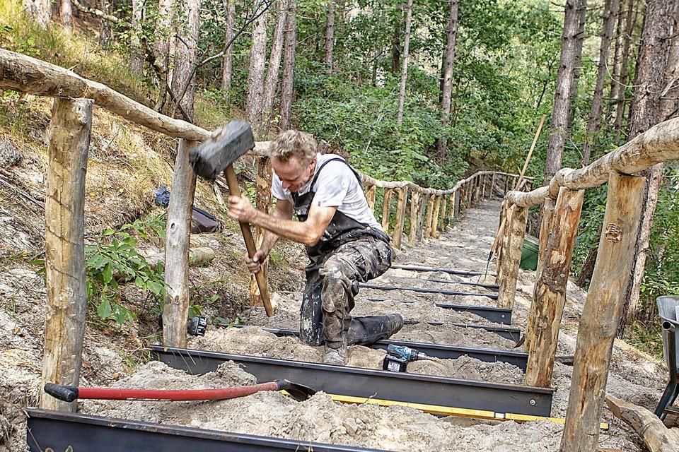 Er wordt hard gewerkt aan de steile trap bij het Buitencentrum.