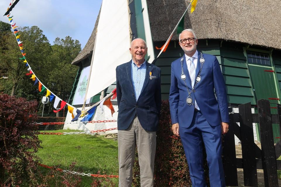 """Een stralende Cees Klaver met burgemeester Gerard van den Hengel bij De Lastdrager. ,,Ik ben heel trots op het eindresultaat."""""""