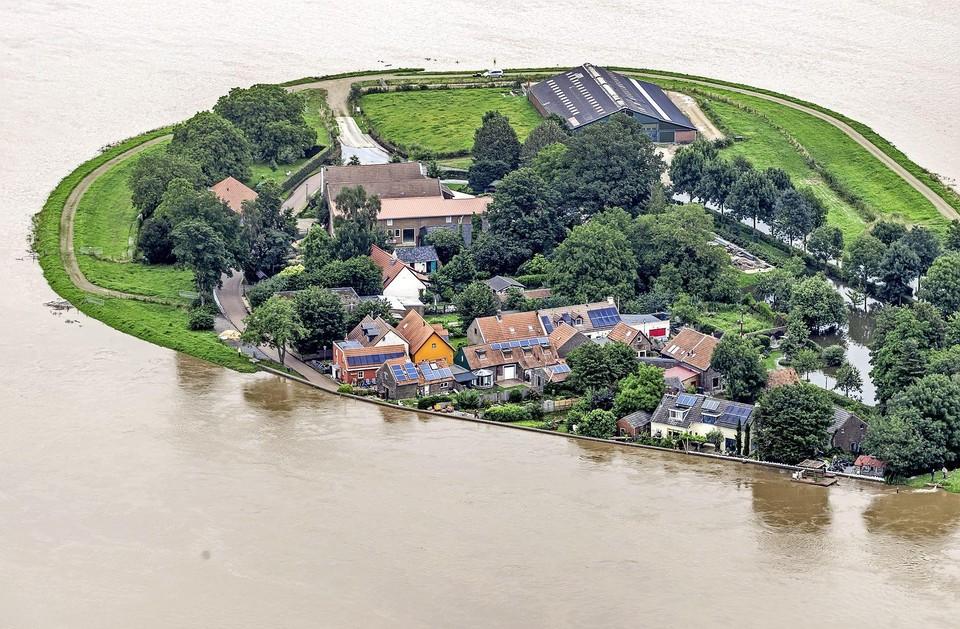 Luchtfoto van het gebied rond de Maas ten zuiden van Roermond.