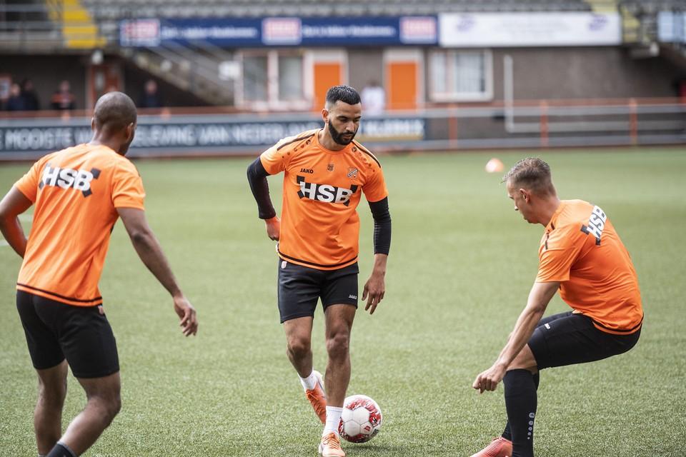Zakaria el Azzouzi aan de bal tijdens een trainingsoefening.