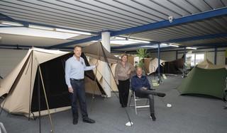 Bij ESVO in Volendam maken ze tenten van oude spijkerbroeken